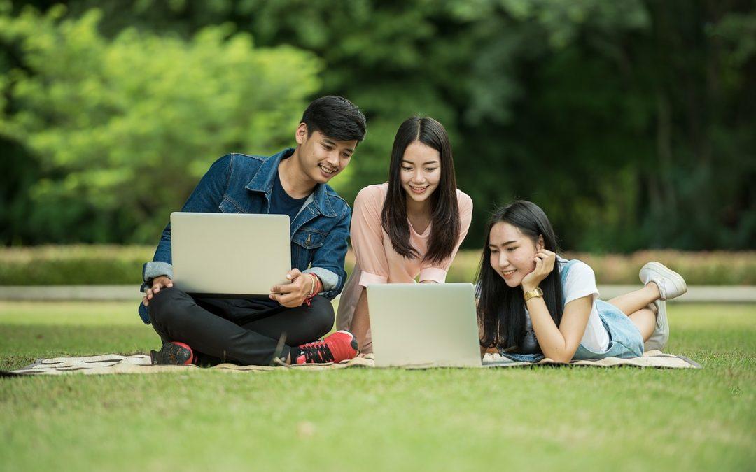 Langkah apa yang harus diambil siswa untuk memulai karier terjemahan yang sukses?